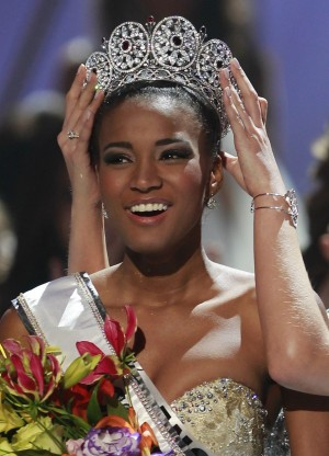 158475-miss-angola-leila-lopes-is-crowned-by-miss-universe-2010-ximena-navarr